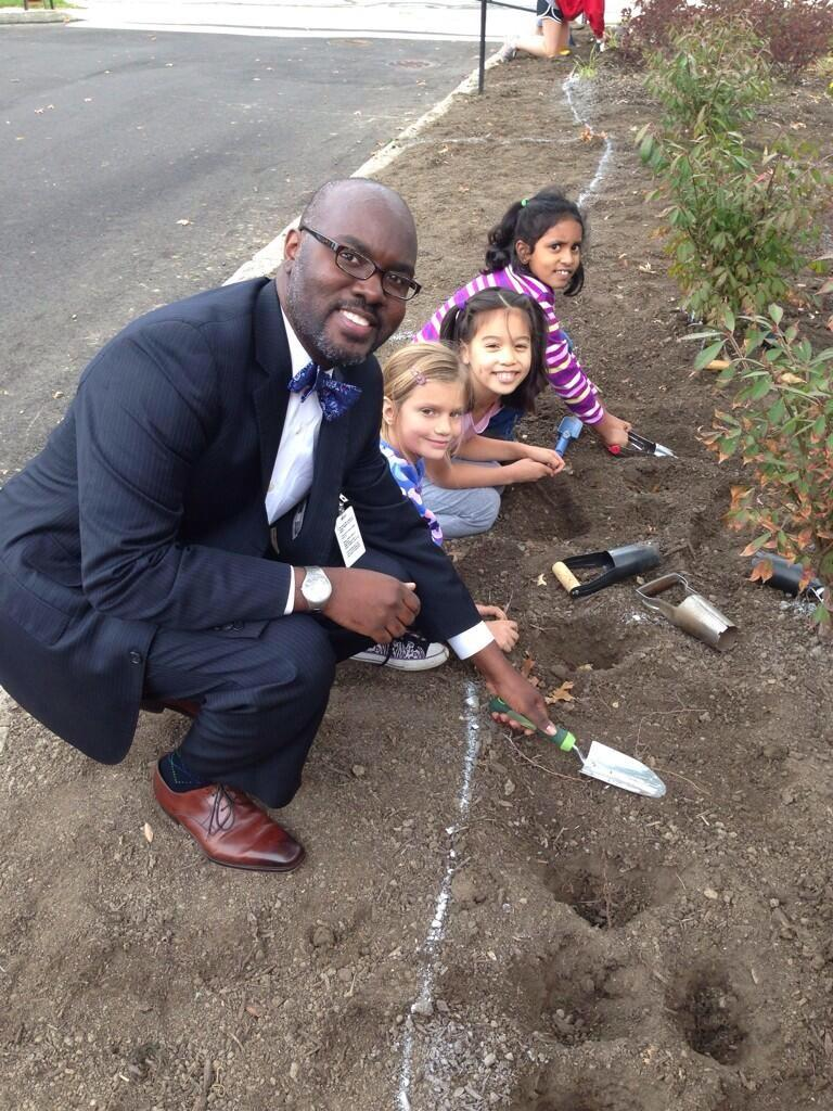 Hutchings+tweeted+this+photo+of+his+gardening+with+Boulevard+students+in+October.